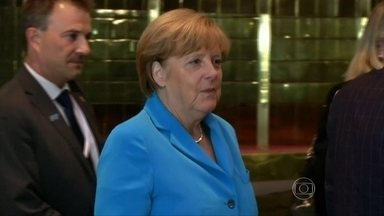 Angela Merkel desembarca na noite de quarta (19) em Brasília - Cercada de uma penca de ministros, a chefe de governo da Alemanha desembarcou na noite de quarta-feira (19) em Brasília. Merkel foi direto da base aérea para o Palácio da Alvorada, onde participou de uma reunião-jantar com Dilma e 18 ministros.