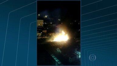 Incêndio em bambuzal assusta moradores do Cachambi, no Rio - O fogo começou por volta das 20h. Os bombeiros chegaram ao local e combateram as chamas.
