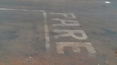 Moradores pintam sinal de 'Pare' em rua de Goiânia - Secretaria Municipal de Trânsito informou que não é permitida a pintura de qualquer sinalização sem o conhecimento do órgão.