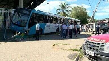 Ônibus do Transcol invade calçada da Estação Pedro Nolasco, no ES - Uma mulher morreu atropelada e o motorista teve um mal súbito.Acidente aconteceu na manhã desta quarta-feira (19).