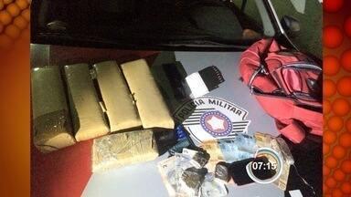 Polícia apreende cerca de seis quilos de maconha em Cruzeiro, SP - Droga estava com uma mulher que seguia de Aparecida para Cruzeiro. Além dela, um homem foi preso.