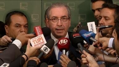 Eduardo Cunha diz que não deixará cargo mesmo se for denunciado - O presidente da Câmara, deputado Eduardo Cunha, disse que não deixará o cargo mesmo que seja denunciado pelo procurador-geral da República. Brasília toda esperava que a denúncia tivesse sido anunciada ainda na quarta-feira (19).