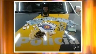 Homem é preso com LSD e ecstasy na rodovia em Agudos - Um homem foi preso por tráfico de entorpecentes na base da Polícia Rodoviária de Agudos (SP), na rodovia Marechal Rondon, na madrugada desta quinta-feira (20). As drogas, segundo a polícia, seriam entregues em uma festa.
