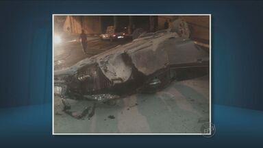 Carro cai de ponte na Avenida Lix da Cunha, em Campinas - O motorista não quis ser atendido pelos bombeiros.