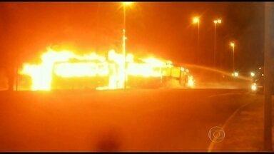 Táxi e ônibus do BRT batem e pegam fogo na Ilha do Governador, no Rio - Os bombeiros disseram que ninguém ficou ferido. O acidente aconteceu na entrada da Cidade Universitária, na pista sentido Alvorada.