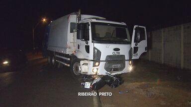 Motociclista fica ferida após colisão com caminhão de lixo em avenida de Ribeirão Preto SP - Veículo invadiu a pista contrária e atingiu moto.