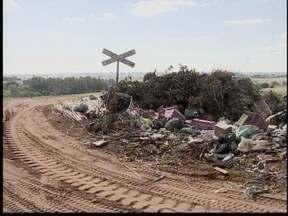 Moradores da Vila Nova reclamam de lixo nas ruas - Mau cheiro traz insatisfação para a população do local.