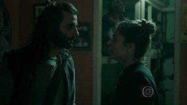 Larissa e Roy alugam quarto na cracolândia - Casal se afunda cada vez mais para sustentar vício