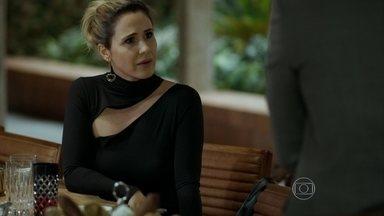 Pia questiona Alex sobre os planos de Carolina - Ela conta que mãe de Angel planeja ter um filho com o empresário e fica perplexa com resposta do ex-marido