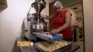 Máquina de coxinhas alivia dia a dia de empresária - Ela trabalhava sem parar. Se dividia entre o balcão e cozinha para poder dar conta da demanda na loja. Mas um inventor deu um jeito de aliviar essa ralação.