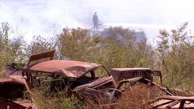 Incêndio em lote vago assusta moradores de bairro em Ribeirão das Neves - Segundo vizinho, no lote funcionava depósito de carros usados.