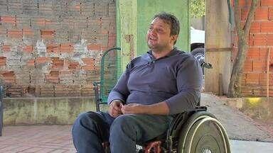 Depois de ficar paraplégico, homem supera as próprias limitações - Depois de ficar paraplégico, homem supera as próprias limitações para conseguir se locomover com independência