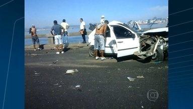 Rapaz de 23 anos morre após cair da Ponte Rio-Niterói em acidente com ônibus - André Parada seguia para Niterói, quando o carro teve um problema. Ele parou na faixa e desceu. O motorista de um ônibus não conseguiu desviar e bateu no carro. André foi jogado na Baía de Guanabara.