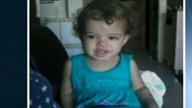 Bebê que teria sido agredido chegou morto a hospital em Goiás, diz diretor - Mãe e padrasto da criança, suspeitos de espancá-la, estão foragidos. Pai diz que lesões na menina ocorreram após ela ir morar com casal.
