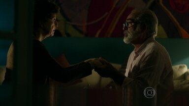 Hilda conta seu segredo para Oswaldo - Mãe de Carolina explica para o amigo que está muito doente