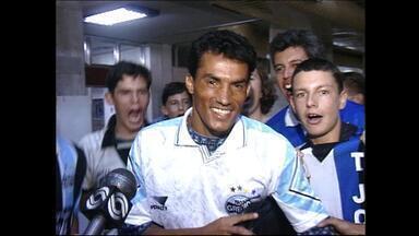 Goiano é recebido com festa da torcida na chegada ao Grêmio - Volante teve recepção calorosa na chegada a Porto Alegre.