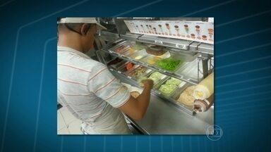 Procon autua 24 lojas do McDonald's - Os funcionários da lanchonete preparavam o lanche sem luvas, o que contraria normas da Vigilância Sanitária. Os fiscais também encontraram 2,5kg de alimentos impróprios para consumo e 4 litros de refrigerantes vencidos.