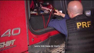 Caminhão carregado com produtos contrabandeados é apreendido em Santa Terezinha de Itaipu - Foram encontrados perfumes e cosméticos comprados no Paraguai na cabine do veículo. O motorista disse à polícia que levaria as mercadorias para Criciúma, em Santa Catarina.
