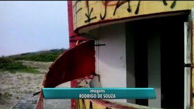 Vídeo de telespectador mostra vandalismo em posto de salva-vidas no litoral do Paraná - Telespectador indignado fez um registro do descaso no litoral do Paraná
