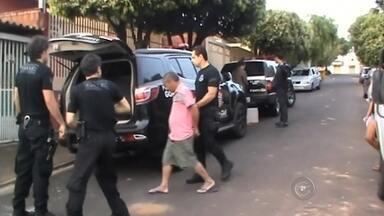 Polícia Civil faz operação contra furto de gados no noroeste paulista - A Polícia Civil realiza nesta segunda-feira (24) uma grande operação para prender ladrões de gado. Segundo os policiais, estão sendo cumpridos mandados de prisão, busca e apreensão nas regiões de São José do Rio Preto (SP), Araçatuba (SP), Bauru (SP) e Ribeirão Preto (SP). Em Olímpia (SP), dois homens foram presos na manhã desta segunda-feira (24) apontados como os chefes da quadrilha.