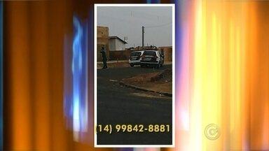 Rapaz de 20 anos é preso após assaltar posto de combustíveis em Ibitinga - Um rapaz foi preso pela Polícia Militar depois de assaltar um posto de combustíveis na tarde de segunda-feira (24), na rodovia Leônidas Pacheco Ferreira, em Ibitinga (SP). As fotos foram mandadas no whatsapp da TV TEM. Dois criminosos armados chegaram de moto e levaram o dinheiro do caixa. A PM foi acionada e conseguiu localizar os suspeitos na rodovia, em Borborema (SP).