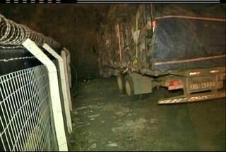 Caminhão de carvão sem procedência é apreendido em Campos na noite desta segunda-feira - Caminhão transportava 14 toneladas do produto.