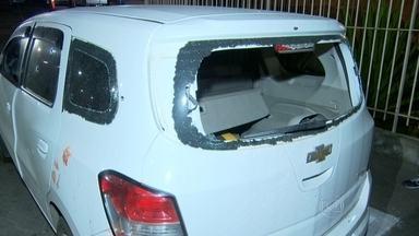 Casal é atacado por bandidos em São Gonçalo - O carro do casal foi cercado por aproximadamente 10 bandidos fortemente armados, que atiraram. Eliana Mascarenhas, de 60 anos morreu e o marido dela, Roberto Melandre, de 56 anos está internado. A Divisão de Homicídios investiga o caso.
