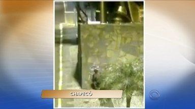 Homem é detido em flagrante pichando monumento de Chapecó - Homem é detido em flagrante pichando monumento de Chapecó