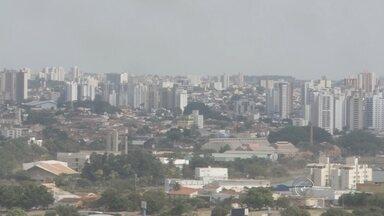 Temporal de poeira atinge varias cidades do noroeste paulista - Um temporal de poeira atingiu varias cidades da região. Em Rio Preto, os ventos passaram dos 50km/h. Passageiros de um avião, que não conseguiu pousar por causa do vendaval, passaram muito medo. Segundo as polícias Militar, Rodoviária e Bombeiros, não houve nenhum acidente durante a tempestade de poeira.