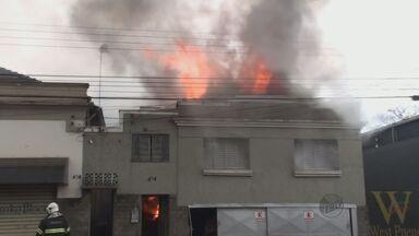 Incêndio em residência interdita a principal avenida de São Carlos, SP - Incêndio em residência interdita a principal avenida de São Carlos, SP