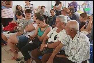 Greve de servidores em Patos de Minas atrasa atendimento na saúde - Principal reivindicação é a volta da carga horária de seis horas por dia. Paralisação foi iniciada na segunda-feira (24).