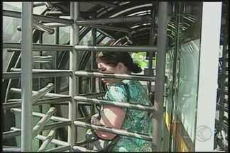 Usuários do transporte coletivo reclamam de catracas apertadas em Uberaba - Catracas do BRT têm dificultado entrada e saída das estações-tubo.