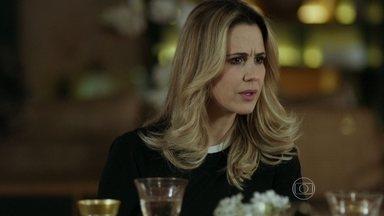Pia fica sabendo da reação de Alex ao saber do casamento de Angel - Guilherme defende Angel das provocação de Giovana durante o jantar