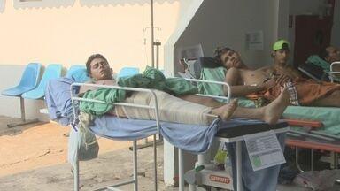 Lotação no Hospital João Paulo II deixa pacientes do lado de fora - Pacientes recebem atendimento nos fundos do hospital e até na cozinha.