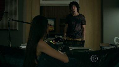 Angel adia sua volta para casa e Guilherme percebe - Alex se irrita quando Carolina volta a falar sobre o casamento da filha