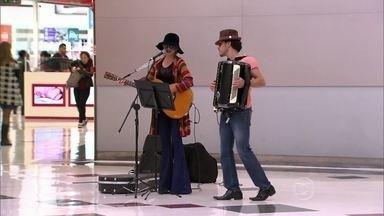 Disfarçada, Paula Fernandes canta em shopping de São Paulo - Atriz é descoberta pelo público. Confira!