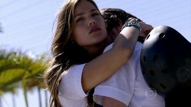 Malhação - Seu Lugar no Mundo - Capítulo de Segunda-feira, 31/8/2015, na íntegra - Luan é flagrado beijando Alina