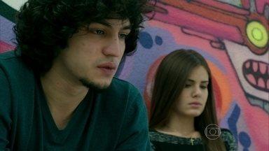 Guilherme afirma a Angel que guardará em segredo o motivo da separação dos dois - Na frente de todos os estudantes, o ex da modelo convida Patrícia para sair