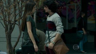 Angel questiona Guilherme sobre namoro com Patrícia - O rapaz tenta se reaproximar da ex-namorada