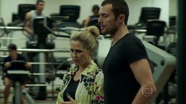 Pia se assusta com a prisão de Everaldo e pede apoio a Igor - Ela o convida para jantar