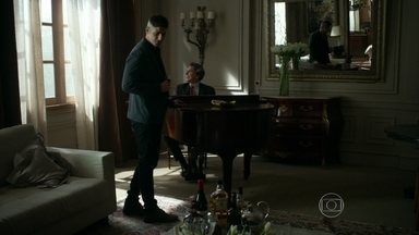 Anthony ouve Maurice tocar piano - O francês convida o modelo para ficarem em um lugar mais reservado