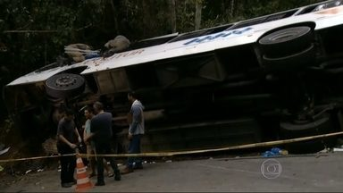 Dez moradores de SP estão entre as vítimas de acidente com ônibus no RJ - Quinze pessoas morreram no acidente com o ônibus que tombou na estrada entre Paraty e Trindade. Dez deles saíram do estado para curtir uma praia e perderam a vida nessa tragédia.