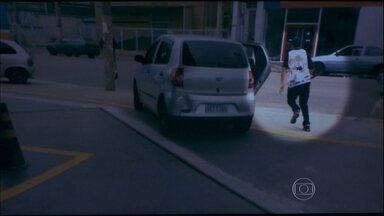 Testemunha fotografa o carro dos agressores aos torcedores do Palmeiras - A testemunha da agressão aos palmeirenses no domingo (6), antes do clássico contra o Corinthians, escreveu para o SPTV dizendo que tinha fotografado o carro dos agressores. A foto mostra um homem com uma barra de ferro na mão.