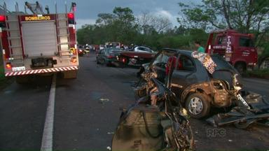 Mais de 30 pessoas morreram em acidentes no Paraná neste feriado - A operação independência nas estradas ainda nem terminou e tem um saldo de tragédias. 142 pessoas ficaram feridas.