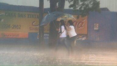 Fortes chuvas atingem várias regiões do Brasil - As tempestades vieram acompanhadas de ventos muito fortes, que chegaram a 113 km/h. No sudoeste do Paraná, a ventania derrubou dois galpões e feriu quatro pessoas.