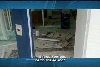 Em pouco mais de um mês, caixa de banco é explodido duas vezes em Várzea da Palma - Agência teve a estrutura danificada.Não há informações se alguma quantia foi levada; ninguém foi preso.