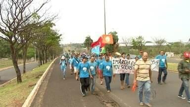 MST faz marcha pedindo agilidade em processos de reforma agrária - Segundo coordenadores do movimento, cerca de mil famílias participam da marcha