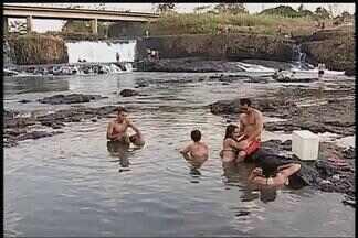 Com altas temperaturas, rio entre Uberlândia e Nova Ponte se torna ponto turístico - Rio Claro fica a 50 quilômetros de Uberlândia. População vai até o local para se refrescar.