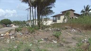 Terrenos baldios em Macapá geram problemas de matagal e lixo para vizinhança - Já é antigo o problema dos terrenos baldios em Macapá. Em vários pontos da cidade, é comum ver áreas abandonadas tomadas por mato, lixo e animais peçonhentos, além de focos da dengue.