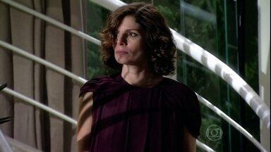 Silvia pede o divórcio - Raul diz que a esposa não o conhece, sai e deixa-a falando sozinha